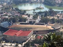Le stade de Mahamasina et le lac Anosy , où se déroulent les feux d'artifices, le podium et le défilé militaire. Photo : Lemurbaby