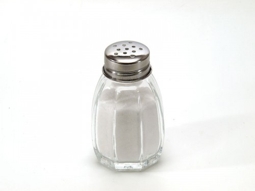800px-Salt_shaker_on_white_background