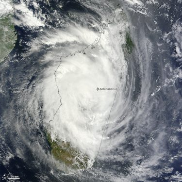 By NASA image courtesy Jeff Schmaltz, LANCE/EOSDIS MODIS Rapid Response Team at NASA GSFC. Caption by Michon Scott. Domaine public, via Wikimedia Commons